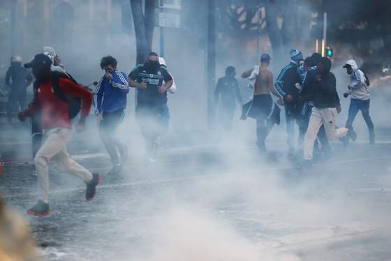 """Các đường phố của Marseille chìm trong khói trước trận """"kinh điển"""" của bóng đá Pháp. Ảnh: Getty Images"""