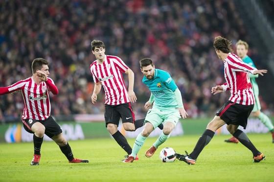 Messi (xanh) và đồng đội được dự đoán không khó vượt qua Athletic. Ảnh: Getty Images