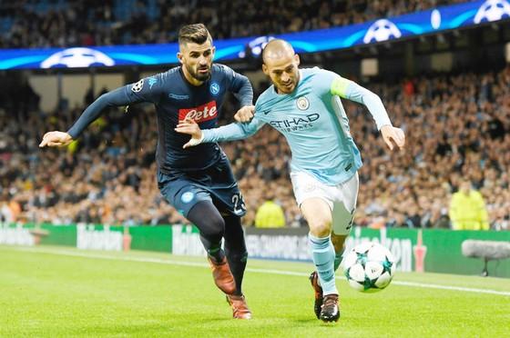 David Silva (phải) khi đối đầu Napoli ở lượt đi. Ảnh: Getty Images