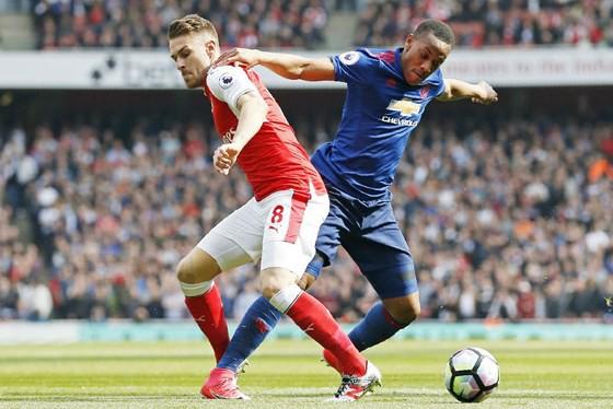 Arsenal (trái) và Man.United sẽ quyết đấu để duy trì cơ hội của chính mình. Ảnh: Getty Images