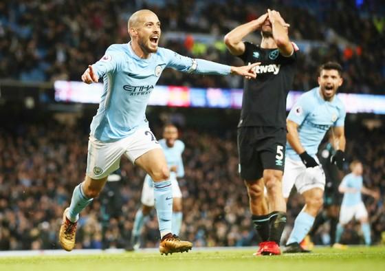 Đến lượt David Silva sắm vai người hùng với bàn thắng muộn. Ảnh: Getty Images