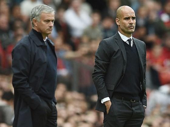 Jose Mourinho liệu sẽ hóa giải được Pep Guardiola (phải) ở lần này? Ảnh: Getty Images
