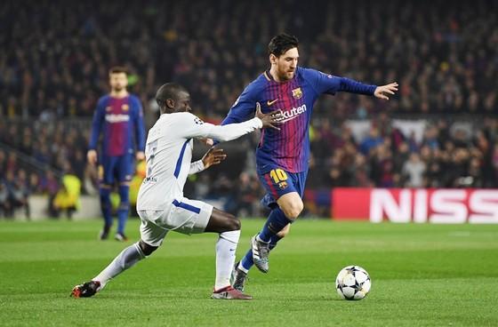Messi (đỏ xanh) lập cú đúp giúp Barca vào tứ kết.Ảnh: Getty Images