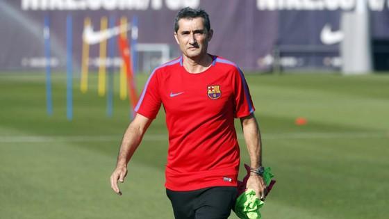 HLV Ernesto Valverde điều hành buổi tập chính thức đầu tiên.