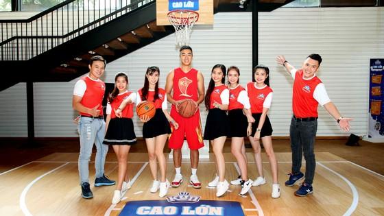 Cầu thủ bóng rổ Stephan Tuấn Tú (ở giữa) là gương mặt đại diện dòng sữa KUN Cao lớn