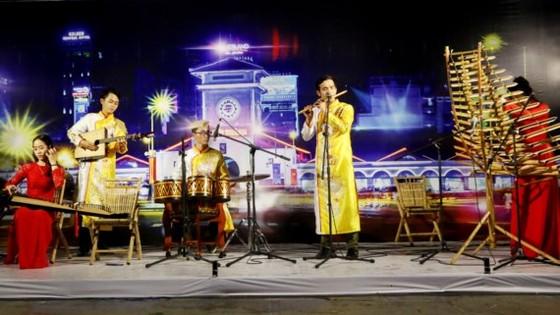 Kết hợp biểu diễn các loại nhạc cụ tại Ho Chi Minh City Street Show. Ảnh: VÕ THẮM