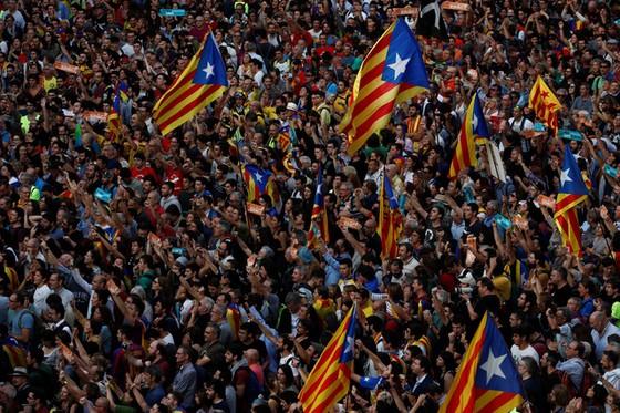 Những hình ảnh của buổi sáng chấn động ở xứ Catalan - Ảnh 1.