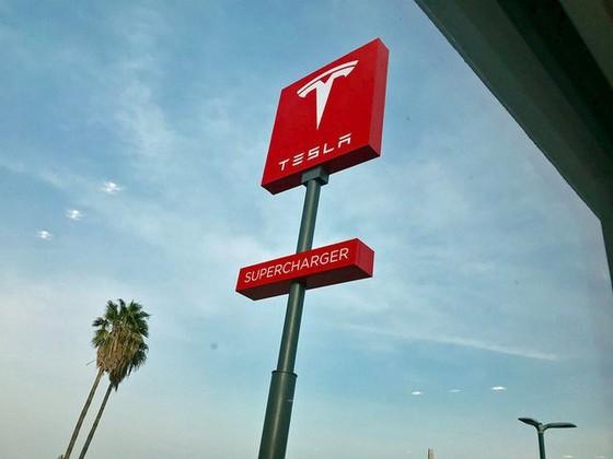 Bên trong trạm sạc điện cho xe ô tô Tesla hiện đại, nội thất chẳng kém gì khách sạn hạng sang, dự kiến bố trí thay các trạm xăng truyền thống - Ảnh 1.
