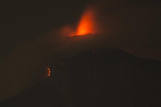Hình ảnh tang thương khi núi lửa phun giết hàng chục người ở Guatemala - Ảnh 1.