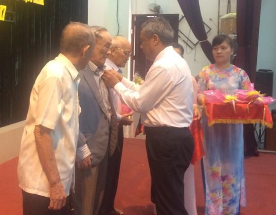 Quận Tân Phú trao Huy hiệu cho đảng viên cao tuổi Đảng ảnh 1