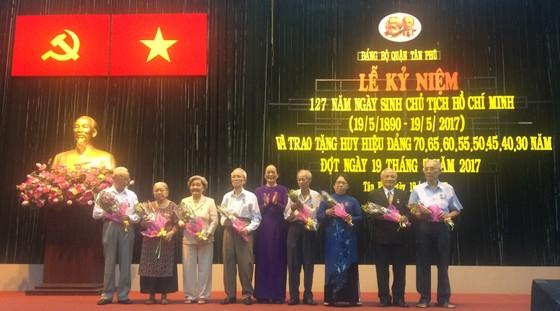 Quận Tân Phú trao Huy hiệu cho đảng viên cao tuổi Đảng ảnh 2