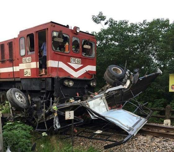 VIDEO: Ô tô băng ẩu qua đường ray, bị tàu hỏa tông nát ảnh 1