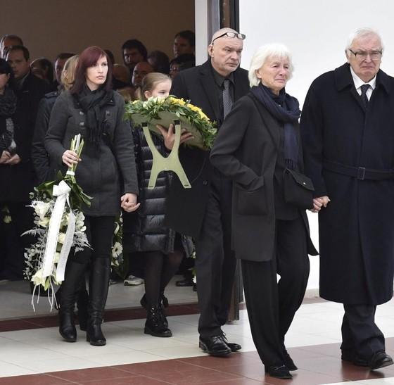 Hàng trăm người tiễn đưa Novotna về nơi an nghỉ cuối cùng ảnh 1