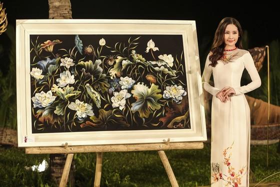 Trương Thị May hóa thành 'cụ bà đẹp nhất thế giới' trong show diễn thời trang áo dài ảnh 10
