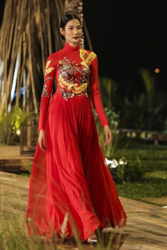 Trương Thị May hóa thành 'cụ bà đẹp nhất thế giới' trong show diễn thời trang áo dài ảnh 3