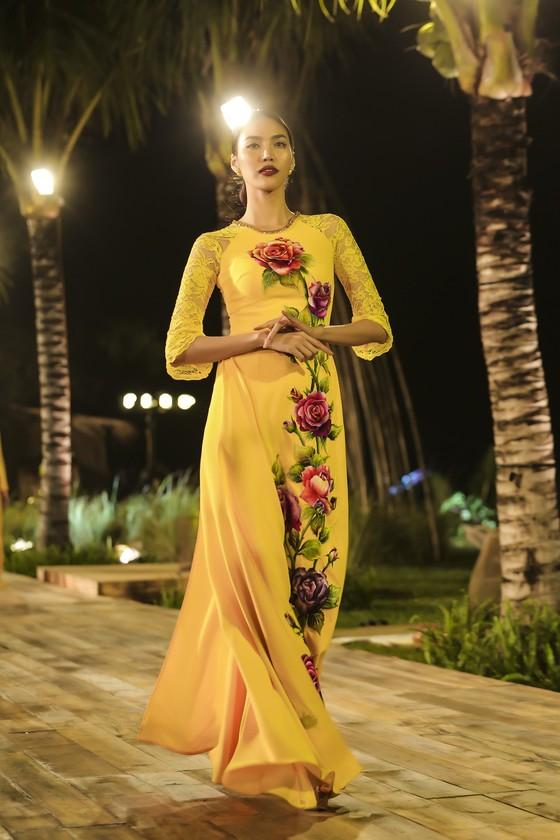 Trương Thị May hóa thành 'cụ bà đẹp nhất thế giới' trong show diễn thời trang áo dài ảnh 4