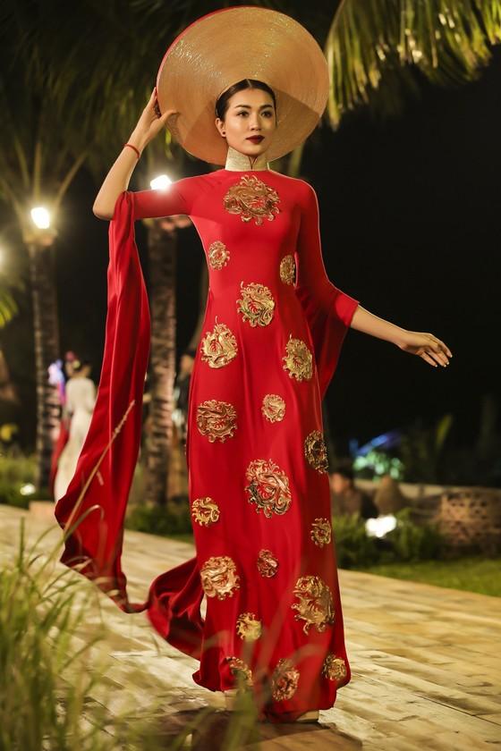 Trương Thị May hóa thành 'cụ bà đẹp nhất thế giới' trong show diễn thời trang áo dài ảnh 5