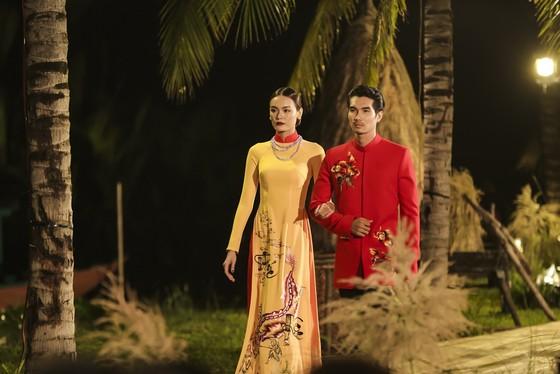Trương Thị May hóa thành 'cụ bà đẹp nhất thế giới' trong show diễn thời trang áo dài ảnh 8