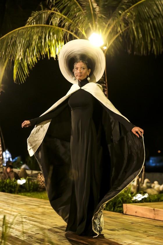 Trương Thị May hóa thành 'cụ bà đẹp nhất thế giới' trong show diễn thời trang áo dài ảnh 1