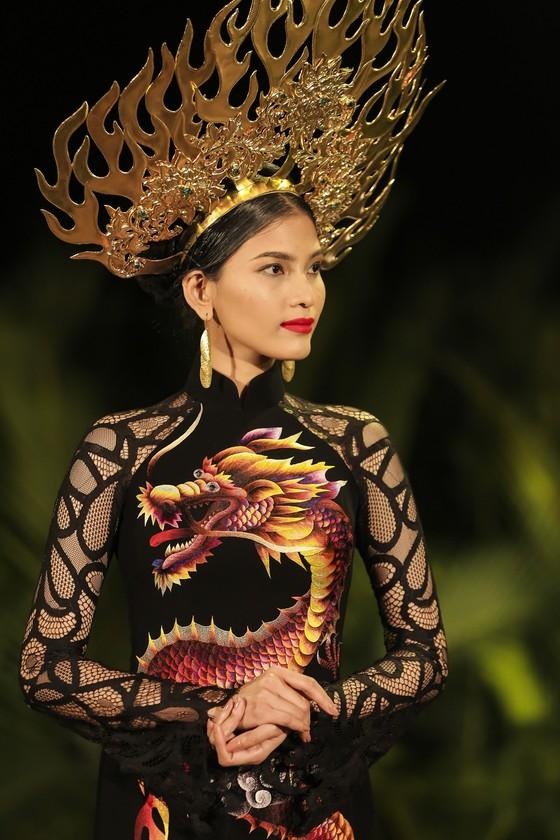Trương Thị May hóa thành 'cụ bà đẹp nhất thế giới' trong show diễn thời trang áo dài ảnh 2
