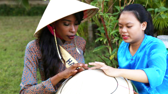 Miss Grand International 2017: Hoa hậu thích thú học gói bánh lọc Quảng Bình ảnh 10