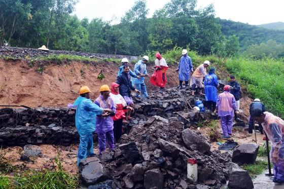 Phú Yên: Hàng trăm hộ dân chìm ngập trong biển lũ ảnh 2