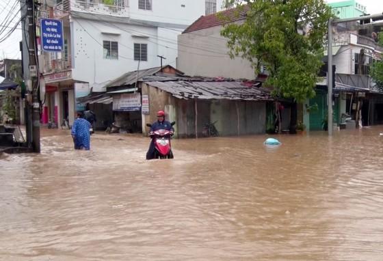 Phú Yên: Hàng trăm hộ dân chìm ngập trong biển lũ ảnh 5