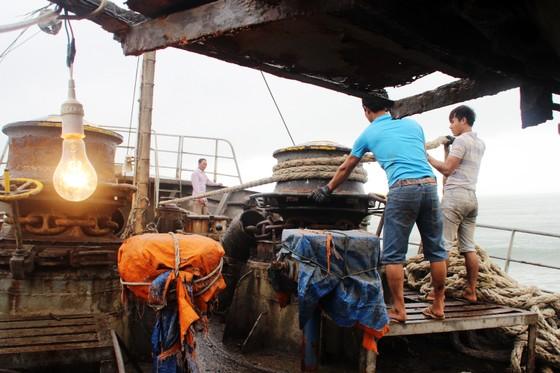 Cận cảnh cuộc giải cứu tàu đắm, mắc cạn ở vịnh Quy Nhơn ảnh 7