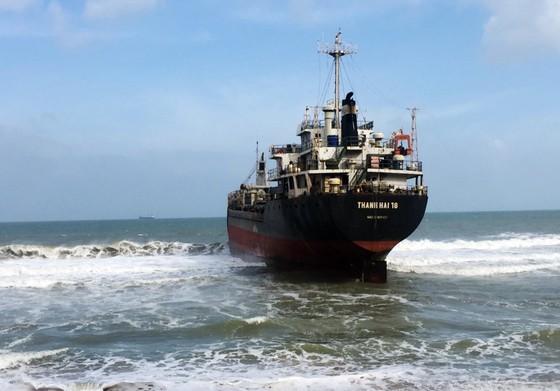 Cận cảnh cuộc giải cứu tàu đắm, mắc cạn ở vịnh Quy Nhơn ảnh 4