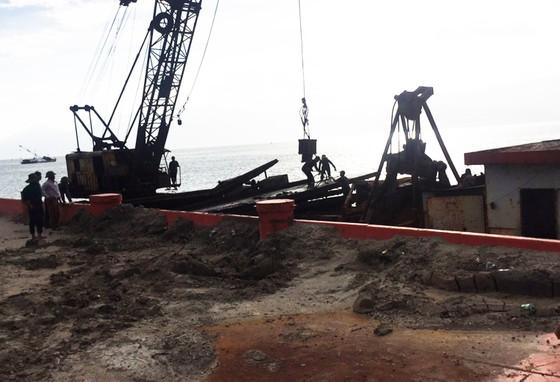 Cận cảnh cuộc giải cứu tàu đắm, mắc cạn ở vịnh Quy Nhơn ảnh 9