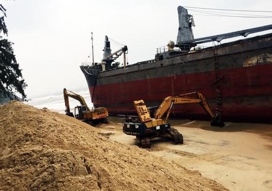 Cận cảnh cuộc giải cứu tàu đắm, mắc cạn ở vịnh Quy Nhơn ảnh 2