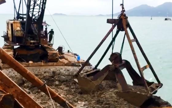 Cận cảnh cuộc giải cứu tàu đắm, mắc cạn ở vịnh Quy Nhơn ảnh 11