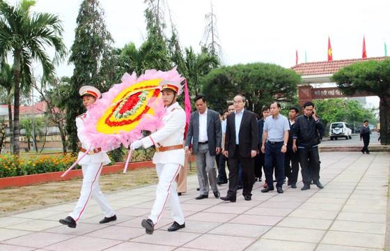 Bí thư Thành ủy TPHCM thăm, chúc Tết tặng quà cho người nghèo, nạn nhân da cam tại Phú Yên ảnh 1