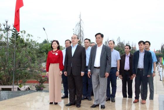 Bí thư Thành ủy TPHCM thăm, chúc Tết tặng quà cho người nghèo, nạn nhân da cam tại Phú Yên ảnh 2