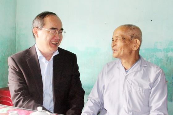 Bí thư Thành ủy TPHCM thăm, chúc Tết tặng quà cho người nghèo, nạn nhân da cam tại Phú Yên ảnh 3