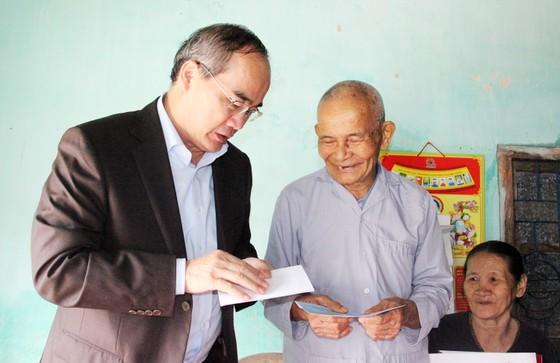 Bí thư Thành ủy TPHCM thăm, chúc Tết tặng quà cho người nghèo, nạn nhân da cam tại Phú Yên ảnh 4