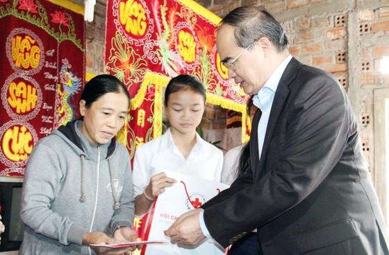 Bí thư Thành ủy TPHCM thăm, chúc Tết tặng quà cho người nghèo, nạn nhân da cam tại Phú Yên ảnh 6