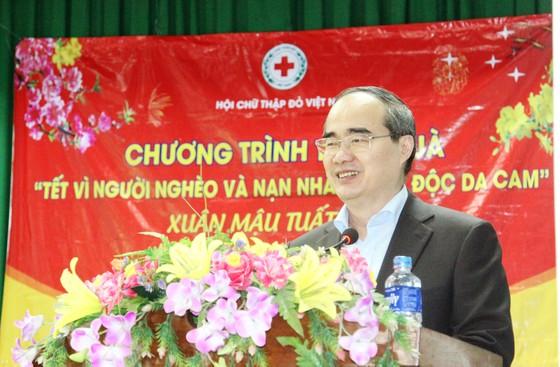 Bí thư Thành ủy TPHCM thăm, chúc Tết tặng quà cho người nghèo, nạn nhân da cam tại Phú Yên ảnh 5