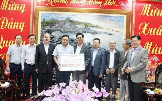 Bí thư Thành ủy TPHCM thăm, chúc Tết tặng quà cho người nghèo, nạn nhân da cam tại Phú Yên ảnh 10
