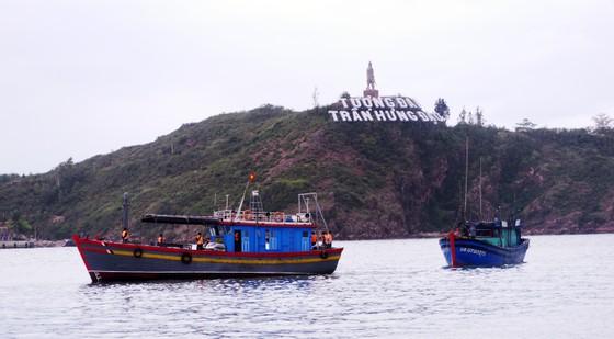 Vượt sóng cấp 7,8 cứu hộ 4 ngư dân bị nạn giữa biển ảnh 2