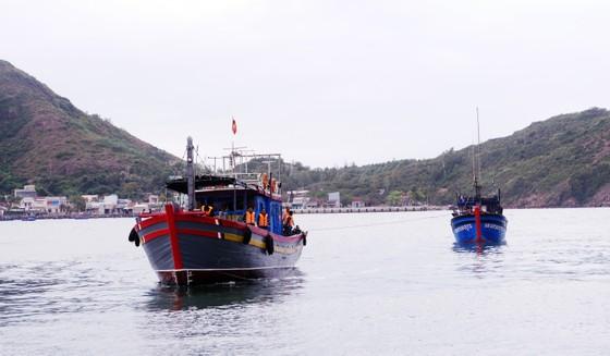 Vượt sóng cấp 7,8 cứu hộ 4 ngư dân bị nạn giữa biển ảnh 1