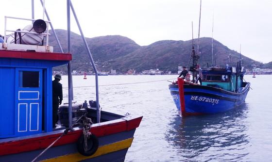 Vượt sóng cấp 7,8 cứu hộ 4 ngư dân bị nạn giữa biển ảnh 3