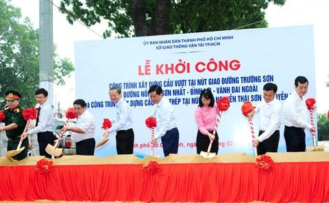 Khởi công 2 cầu vượt vào sân bay Tân Sơn Nhất ảnh 1