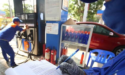 Giữ nguyên giá xăng, tăng giá dầu từ 15 giờ ảnh 1