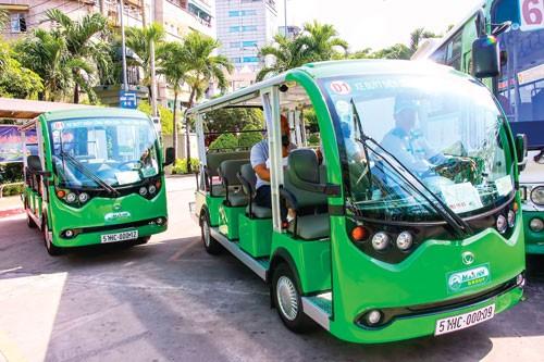 Cần nhân rộng mô hình xe buýt điện ảnh 1