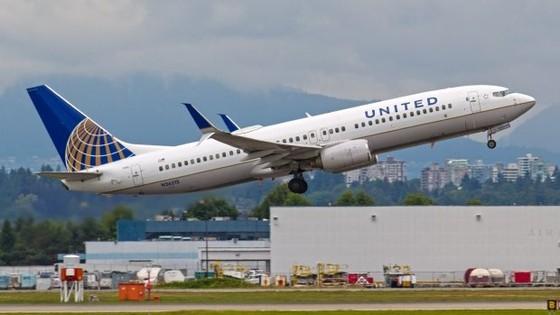United Airlines mất 1 tỉ USD sau vụ lôi hành khách ảnh 1