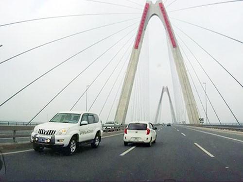 Xử phạt tài xế Bộ Y tế chạy ngược chiều trên cầu Nhật Tân ảnh 1