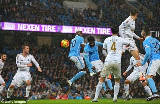 """Man City 2-1 Swansea: """"Lên đỉnh"""" phút chót ảnh 1"""
