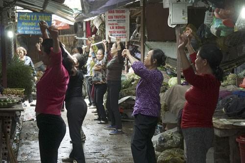 Nhảy Aerobic trong chợ ở Hà Nội ảnh 2
