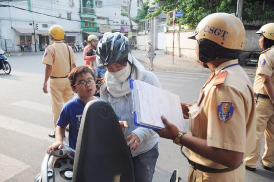 TPHCM cao điểm kiểm tra mũ bảo hiểm trẻ em ảnh 4